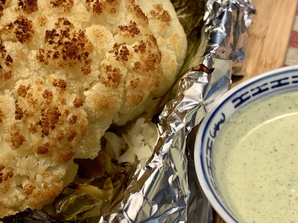 mesa-habla-receta-coliflor-asada-salsa-verde-tahini 7