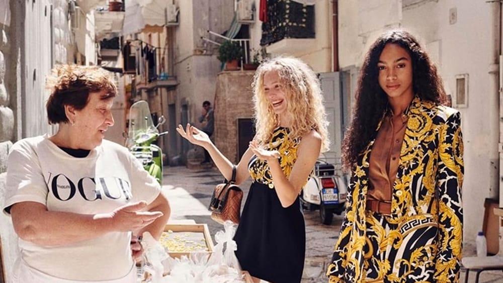 Bari Vecchia incrocia Versace: Le foto di Alex Waltl fanno impazzire i pugliesi.