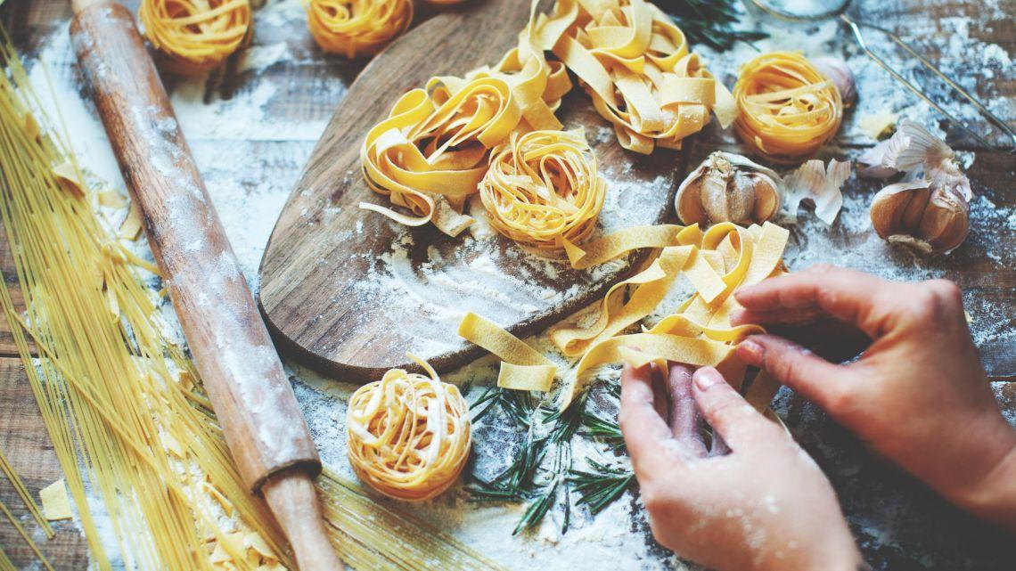 """Fare la pasta in casa: i pugliesi riscoprono la tradizione durante la """"pausa forzata"""""""