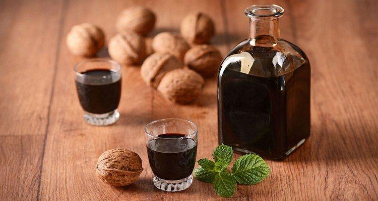 Nocino, il liquore pugliese tipico: ecco come si prepara secondo la tradizione
