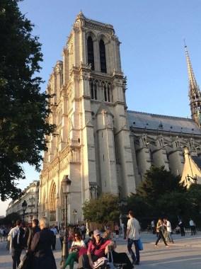 Notre-Dame, con la sua mole carica di storia, Signora del quartiere