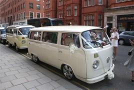La famiglia Delevingne è arrivata in chiesa in T2, lo storico pulmino Volkswagen