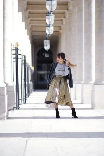 streetstyle-midi-pleated-skirt-and-leather-jacket-fashion-blog