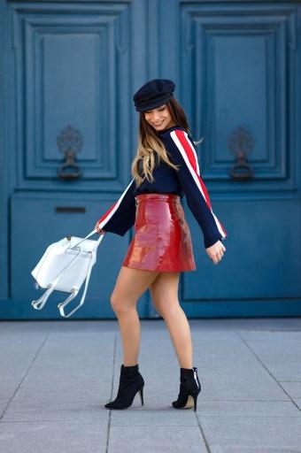 look retro jupe rouge vinyle top bleu et sac à dos blanc
