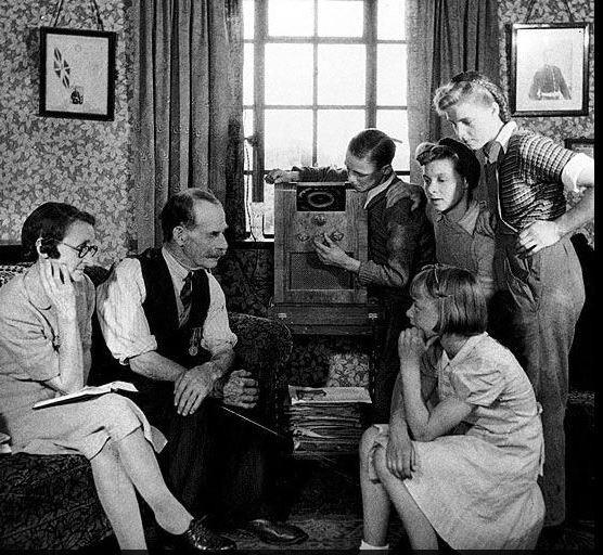 Familia alemana escuchando la radio