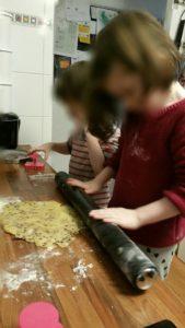 On étale la pâte à biscuits pour notre goûter