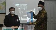 FOTO: LAMPUNGCORNER.COM/Kiki Oktavian Anggota DPD RI Ahmad Bastian SY menerima rekomendasi terkait anjloknya harga singkong di Lampung, Selasa (16/3/2021).