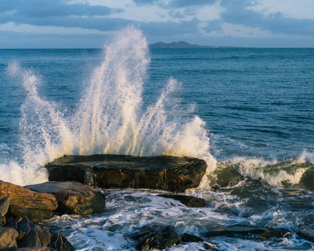 On peut remarquer chaque goutte de la vague si on utilise une vitesse d'obturation rapide.