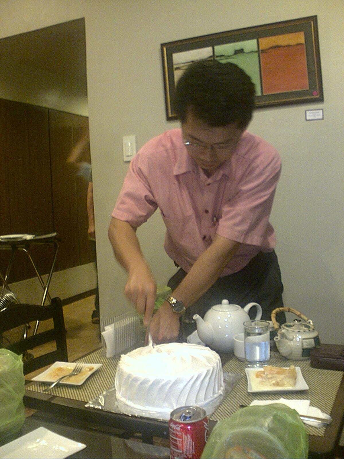 jong slicing the cake