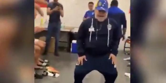 Maradona gana por primera vez con Gimnasia y celebra el triunfo bailando