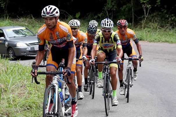 Foto/Carlos Eduardo Ramírez- Loteros y aurinegros se metieron en duelo de poder a poder durante todo el recorrido de la corta etapa.