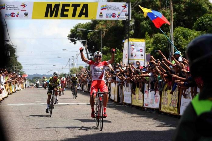 Foto/Carlos Eduardo Ramírez- El neogranadino Jhonathan Restrepo (AndroniGiocattoliSidermec) se impuso en la tercera etapa, con final en Rubio.