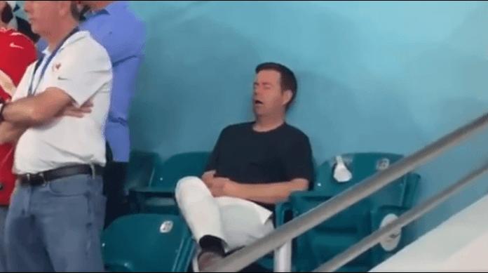 Se queda dormido en plena Super Bowl y protagoniza 'la siesta más cara de la historia'