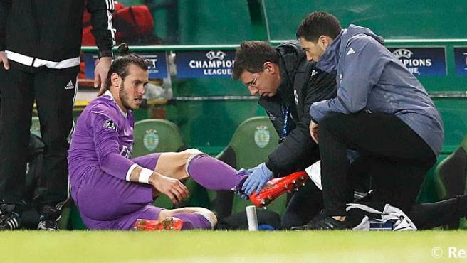 El doctor Jesús Olmo atiende a Gareth Bale.Real Madrid