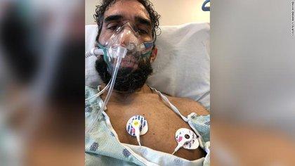 Ahmad Ayyad conectado a unos respiradores
