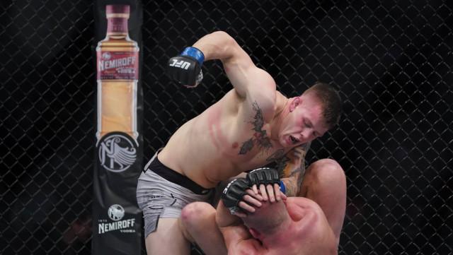 La inesperada reacción de un luchador de la UFC tras noquear a su rival