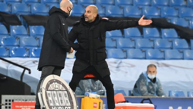 Guardiola pierde los papeles con el cuarto árbitro y casi llegan a las manos