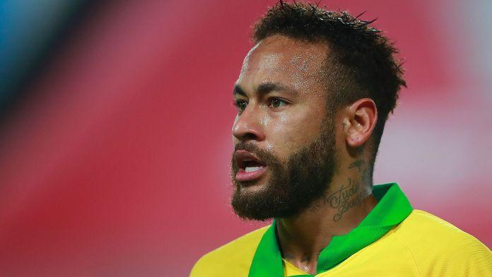 Neymar cena con poca gente y se burla de los rumores de su fiestón