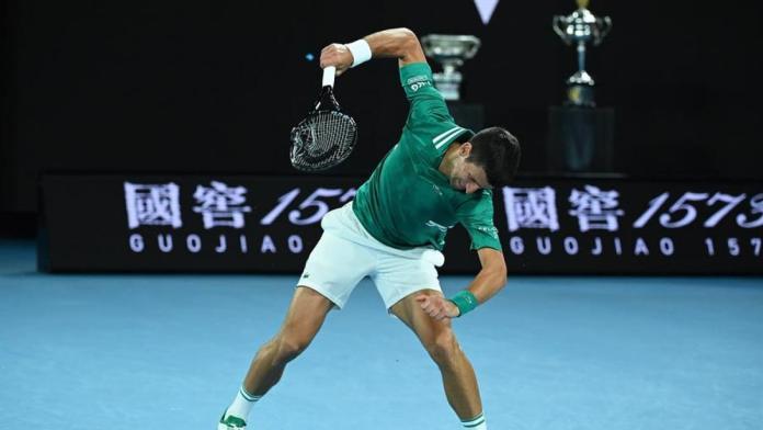 Novak Djokovic desata su furia y destroza una raqueta contra el suelo en el Open de Australia