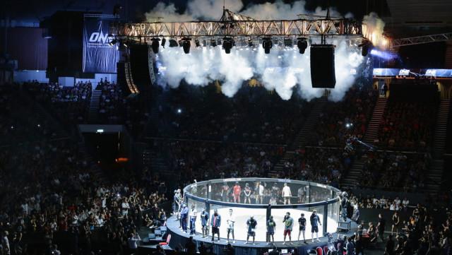 Luchadora venció a su rival con una insólita llave durante su debut en la MMA
