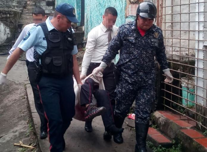 El cadáver fue retirado a través de veredas en una cobija que fue aportada por miembros de la comunidad