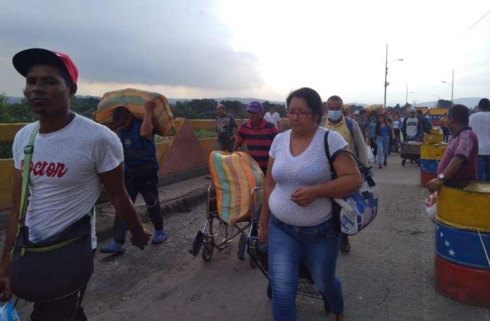 Cada día son más las personas que llegan de otras partes del país a comprar alimentos.