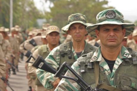 Desfile civico-militar en García de Hevia. (Foto/Johnny Parra)