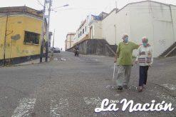 Dos abuelos caminan por calle del centro de San Cristóbal con tapabocas. (Foto/Johnny Parra)