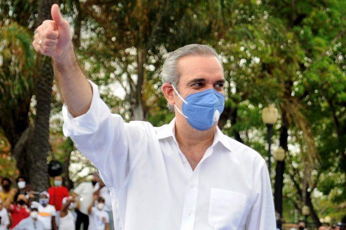 El opositor Luis Abinader ganó en primera vuelta las elecciones dominicanas