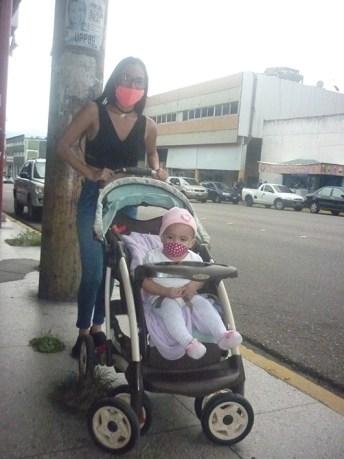 Ajena a lo que sucede a su alrededor, pero ya portando un tapabocas, la bella Mía Isabela va con su mamá por el centro de San Cristóbal. (Foto/Freddy Durán)