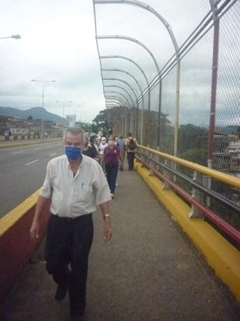 El señor Julio Cacique representa una terrible realidad, a la que se está enfrentando la tercera edad, que no tiene un modo de subsistencia. (Foto/Freddy Durán)