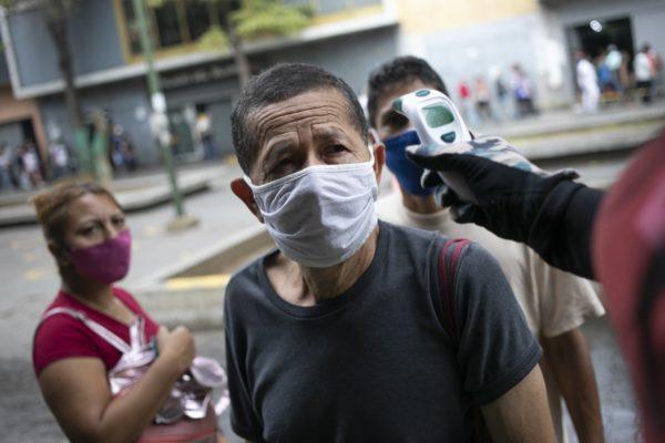 Venezolanos emigran a pie atraídos por una Colombia reactivada pese al #Covid19