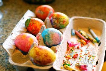 Huevos con crayones derretidos