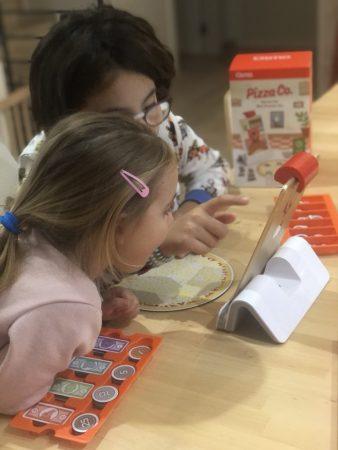 las niñas jugando con el kit de osmo pizza