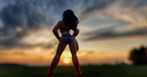Wonderwoman vorm Sonnenuntergang