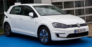 1200px-VW_e-Golf_(VII)_–_Frontansicht,_19._Juni_2014,_Düsseldorf