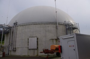 743 Unscheinbar wölbt sich der Biogasspeicher Foto Nissen