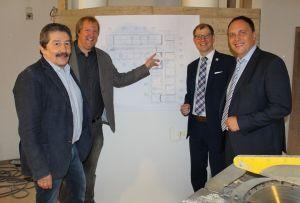 Balneologisches Institut: Jürgen Patscha, Christian Möller, Landrat Jan Weckler und Bürgermeister Klaus Kreß (von links) überzeugen sich von den Arbeiten. (Foto: Stadt Bad Nauheim)