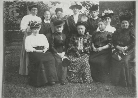 """Die (Kose-)Namensgeberin des Boots,  Henriette Fürth (1861 - 1938) ist auf diesem historischen Foto 1904 in der vorderen Reihe als zweite von rechts abgebildet. Das Foto zeigt den erstes Vorstand des Vereins """"Weibliche Fürsorge"""" in Frankfurt a. M. (Quelle, Wikipedia, Leo Baeck Institute)"""