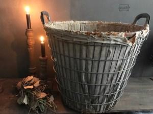 Oude ijzeren mand, past in een landelijk tot stoer industrieel interieur