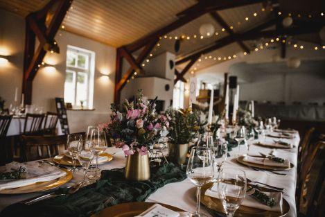 Brautstrauß mit Wiesenblumen und Kräutern