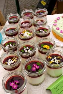 Torte im Glas: Jogurtmousse mit Brombeerspiegel auf grünem Biskuit