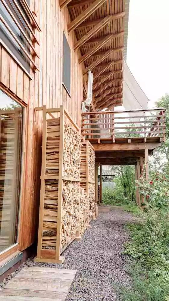 Terrasse mit Brennholzvorrat