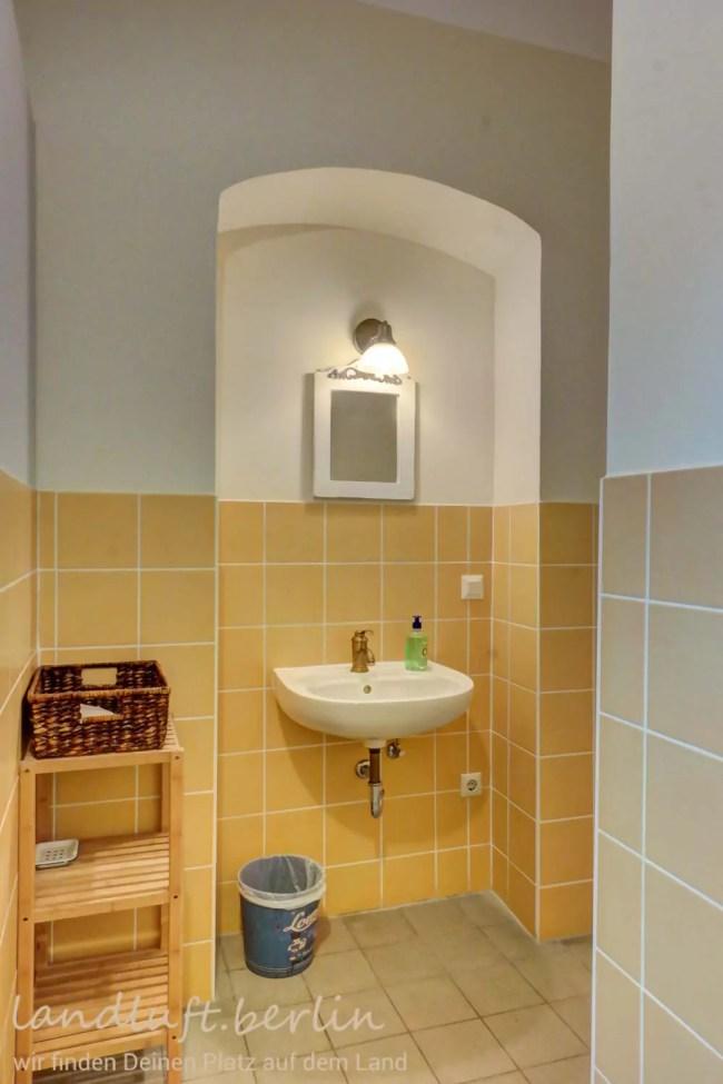 Waschbecken in der Herrentoilette