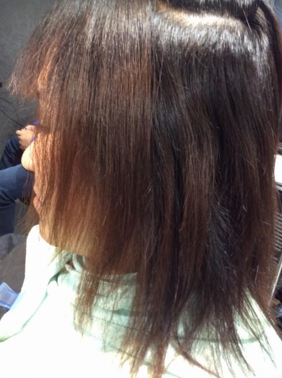 縮毛矯正をする前の画像です。毛先はビビリ毛でバサバサになっています。毛先は赤茶けてガリガリジリジリのビビリ毛で硬くなっていて柔らかさしなやかなさが全くありません。