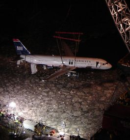 447px-USAirways-1549_lifting_out_of_Hudson.jpg