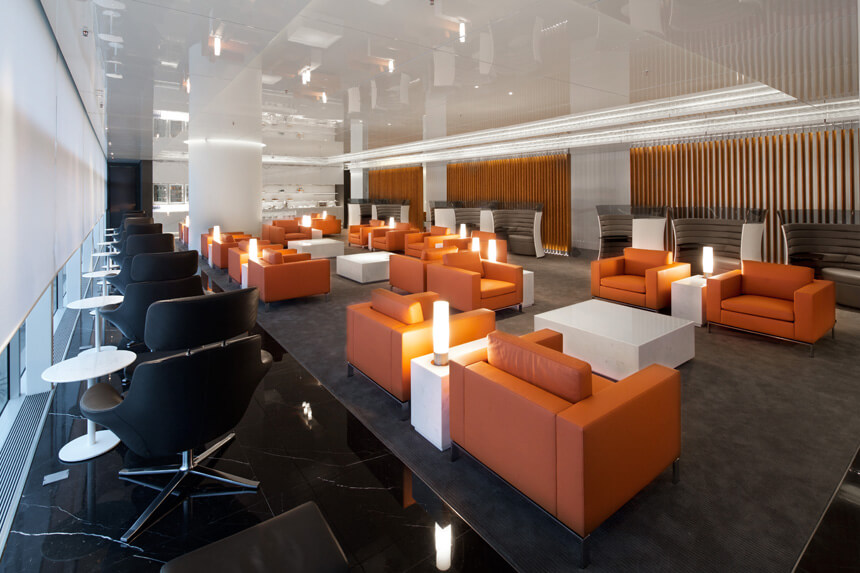 An image of the Cathay Pacific wing lounge at the Hong Kong airport