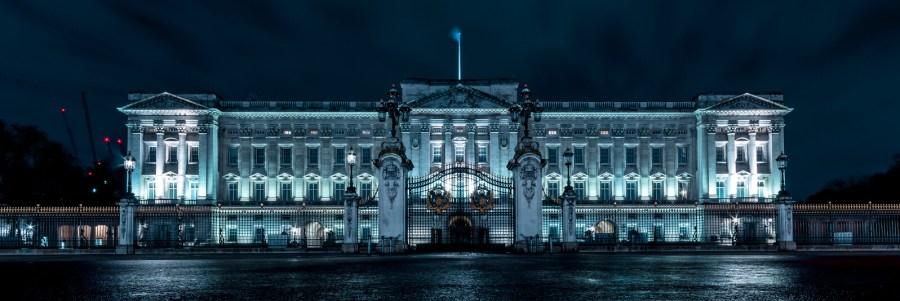 An image of the Buckingham Palace at night time.