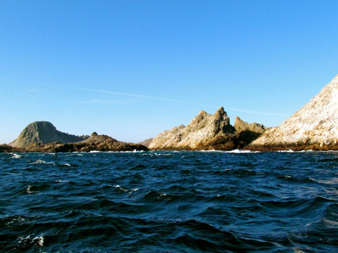 An image of the Farallon Islands of the coast of California