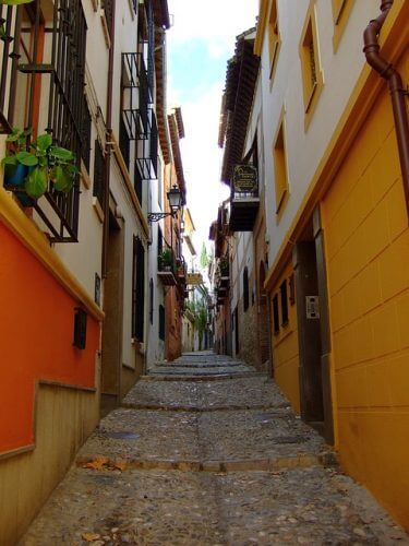 A picture of a steep street in Granada